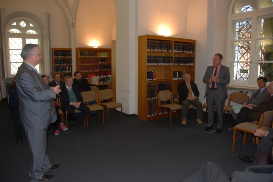 Prof. Dr. Schieffer, Staatsminister Dr. Heubisch im Lesesaal der MGH Bibliothek