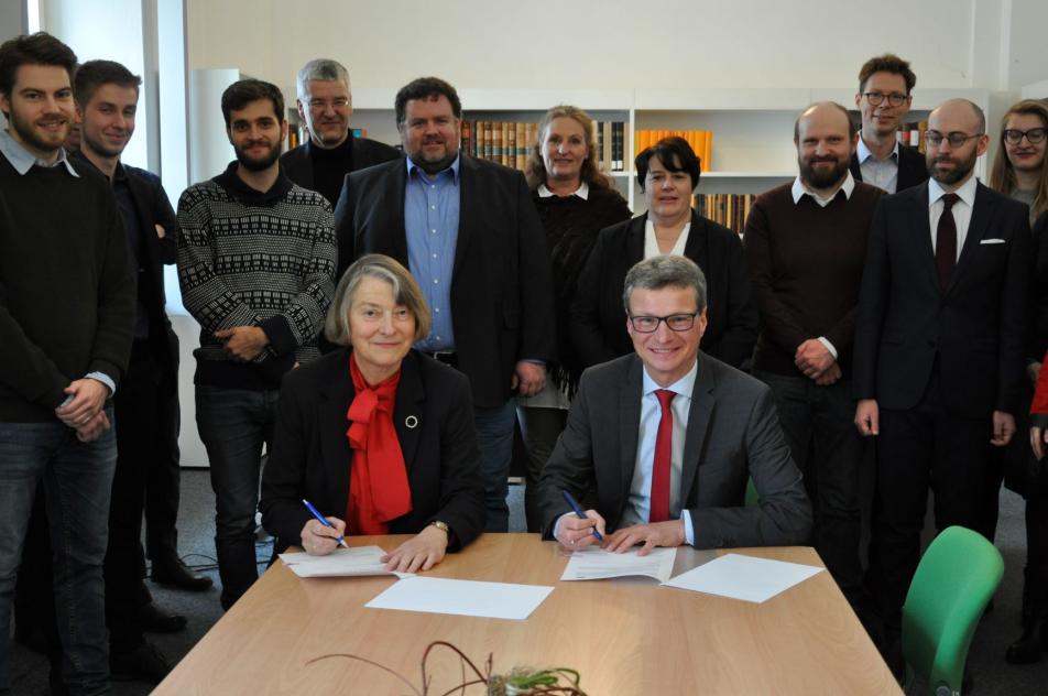 Wissenschaftsminister Bernd Sibler und MGH-Präsidentin Prof. Dr. Martina Hartmann unterzeichnen eine Zielvereinbarung, um die MGH weiter zu stärken und zukunftsorientiert aufzustellen. ©MGH