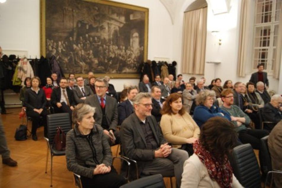 Das Publikum der MGH-Jubiläumsfeier im Clubraum der ÖAW.