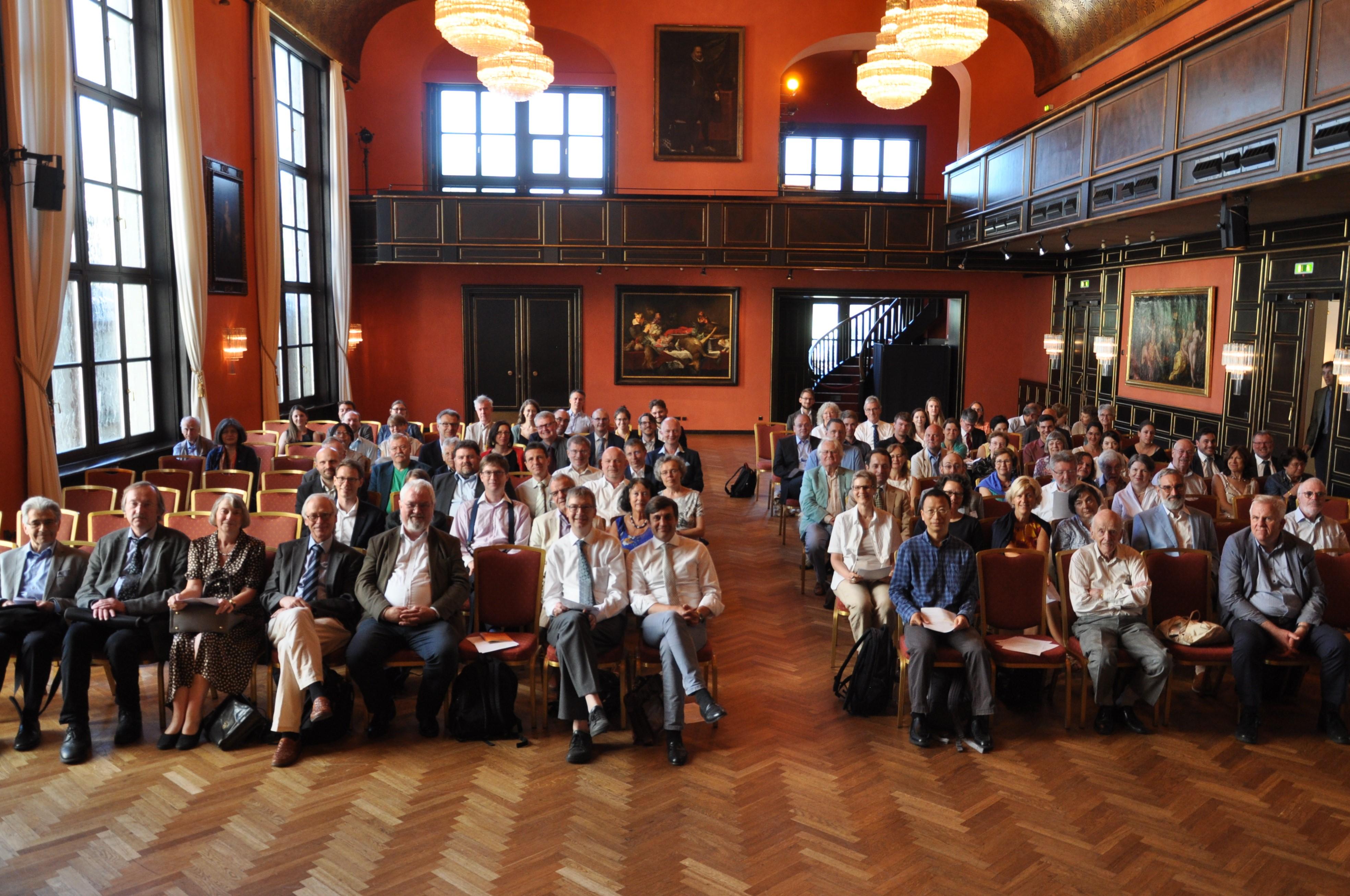 Die Teilnehmerinnen und Teilnehmer des Colloquiums im denkmalgeschützten Künstlerhaus.