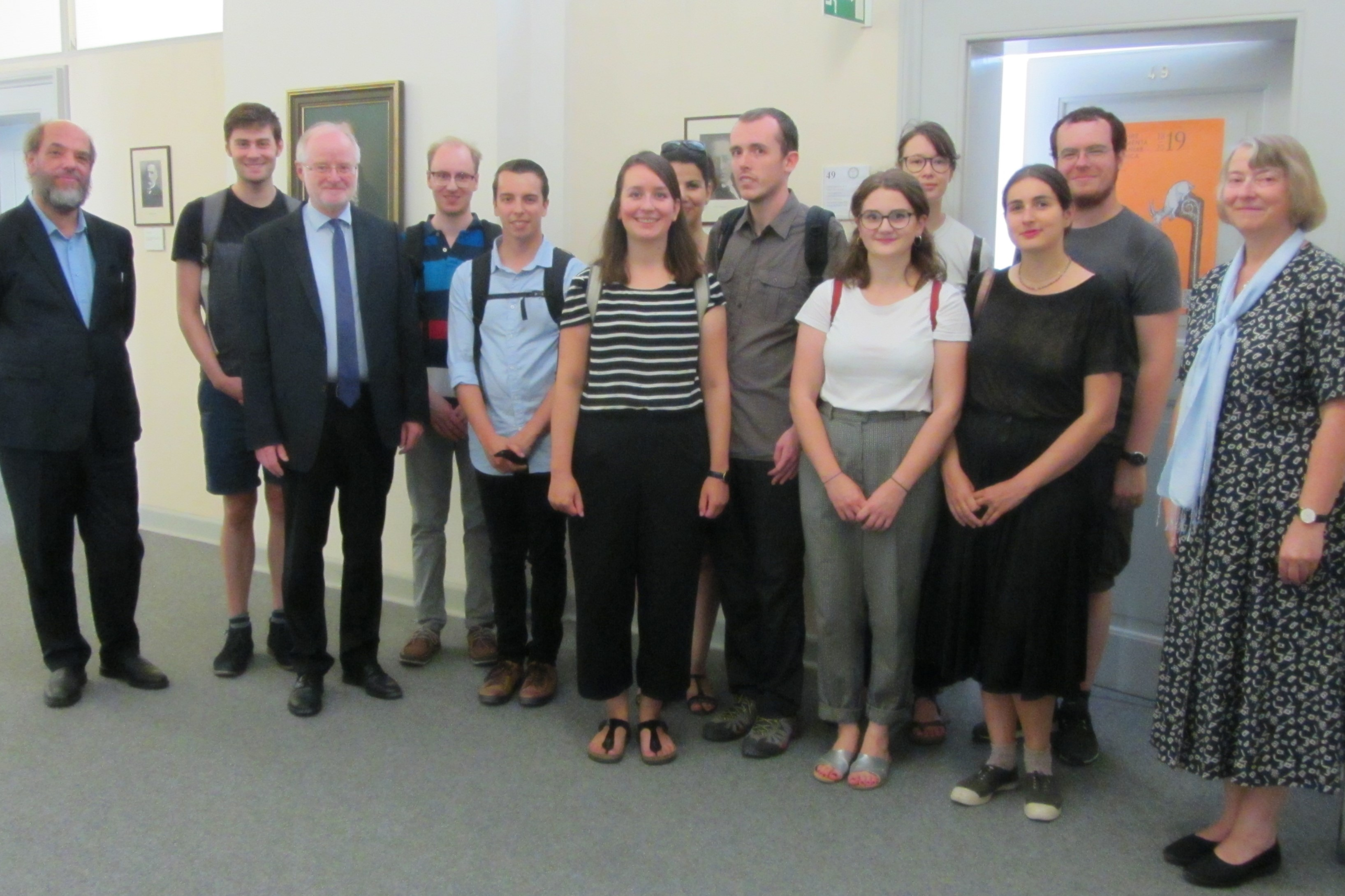 Arno Mentzel-Reuters, Leiter von Bibliothek und Archiv der MGH<br/>(links) und Martina Hartmann, Präsidentin der MGH (rechts)</br>stellen den Gästen aus Frankreich die MGH vor.