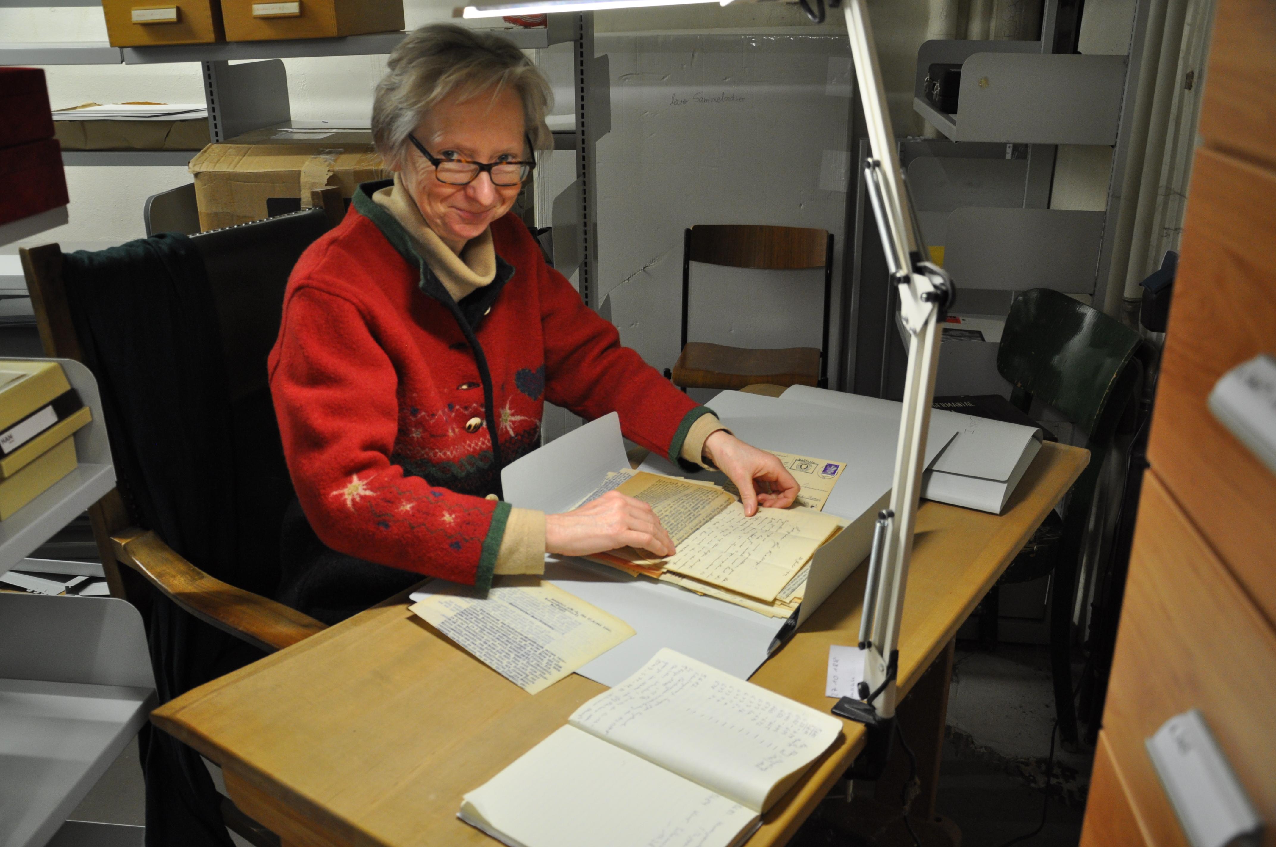 Anne Nagel im MGH-Archiv bei der Auswahl der Stücke, die online ediert werden sollen. Foto: MGH