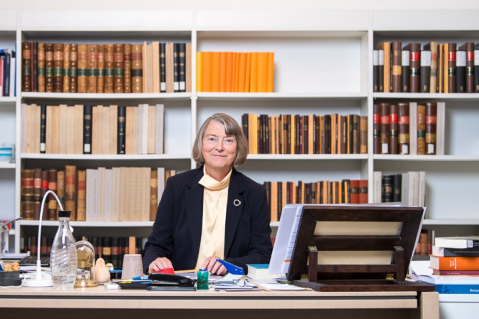 Die Präsidentin der MGH an ihrem Arbeitsplatz. Foto: MGH/Astrid Eckert
