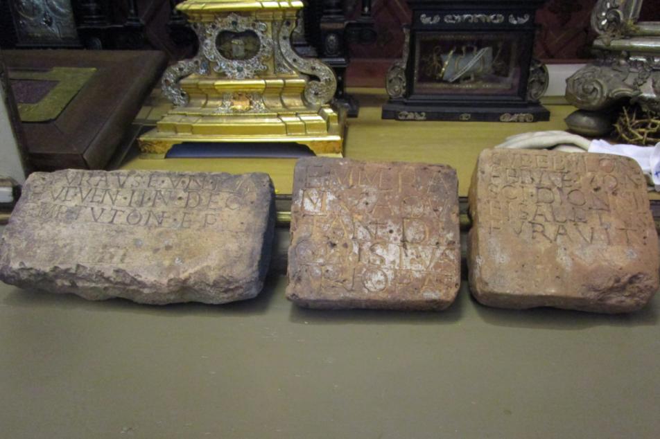 Die auf alt gemachten, gefälschten Inschriften aus dem 11. Jahrhundert in der Schatzkammer von St. Emmeram. Foto: MGH/Marquard-Mois
