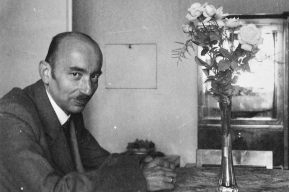 Heinz Zatchek 1942 in his apartment in Prague, Apollinarisgasse 6. Photo: MÚA, A AV ČR, f. Hilde Zatschek, k.7, i. č. 114