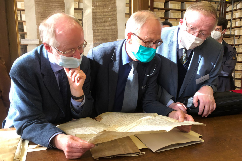 In den Archives Nationales (v.l.n.r.): Prof. Dr. Rolf Große (DHI Paris), Prof. Dr. Klaus Herbers (FAU Senior Fellow of Medieval History), Prof. Dr. Karl Borchardt (MGH). Foto: MGH/Wollmann